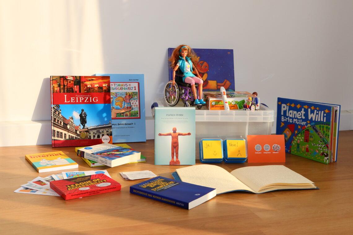 Tisch mit Spielzeug und Büchern. Eine Box, in die alles hineinpasst.