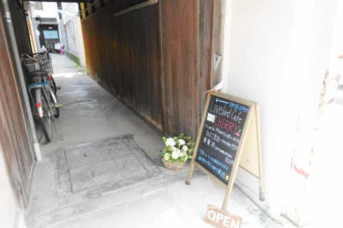 LovebirdCafeCHERRYの看板