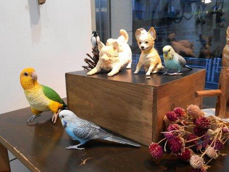 セキセイインコとシロハラインコと一緒にチワワの犬の彫刻も