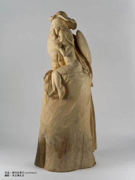 2メートルを超える木彫りのセキセイインコと女性の彫刻作品