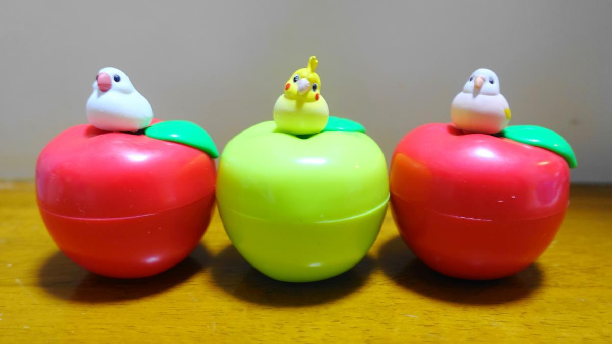 鳥ガチャ「ことりんご」の文鳥とオカメインコ、アキクサインコのフィギュアがリンゴに乗った写真