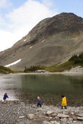 The kids enjoyed throwing rocks to the lake, again and again...
