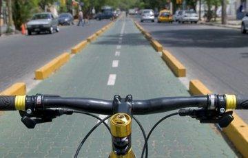 Montada en una bici, desde temprano recorro la ciudad.