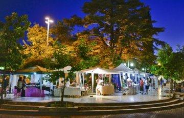 La plaza de Chacras de Coria al atardecer y una postal que se repite cada fin de semana.