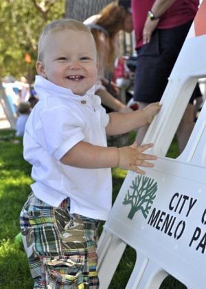 toddler enjoy Menlo Park 4th of July