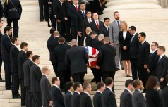 The casket of late U.S. Supreme Court Justice Antonin Scalia arrives at the Supreme Court, where Scalia's body will lie in repose in the court's Great Hall in Washington on February 19, 2016, a day before his funeral service. Scalia died on February 13, 2016 at the age of 79. REUTERS/Gary Cameron - TPX IMAGES OF THE DAY - RTX27QLJ