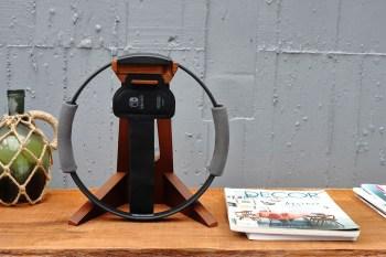 Switch 健身環收納架推薦,採用暖調木質設計,當擺飾也好看,百搭不同的室內風格。