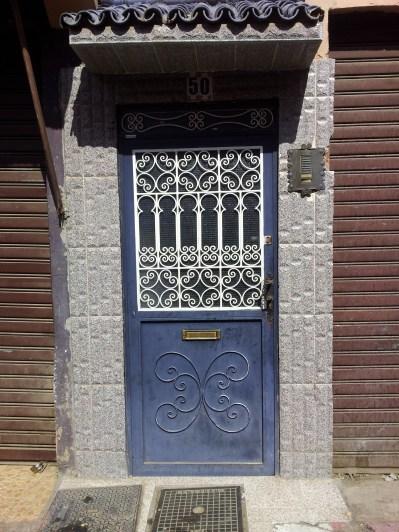 typowe dla Marrakeszu pięknie zdobione drzwi i bramy