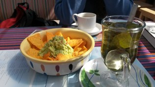 Nachos z guacamole i mate de coca - pyszności