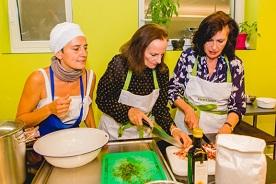 Bäuerin und Köchin Benedikta Pechlaner vom Kinighof am Ritten mit Ruth Schiesser und Irène Hubschmid