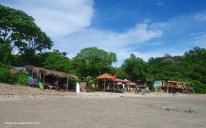 There are 3 restaurants located directly on the beach. From left to right: Mi Rancho, Tacos Locos & Los Tres Hermanos.
