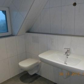 Waschbecken und Toilette unter Dachschräge