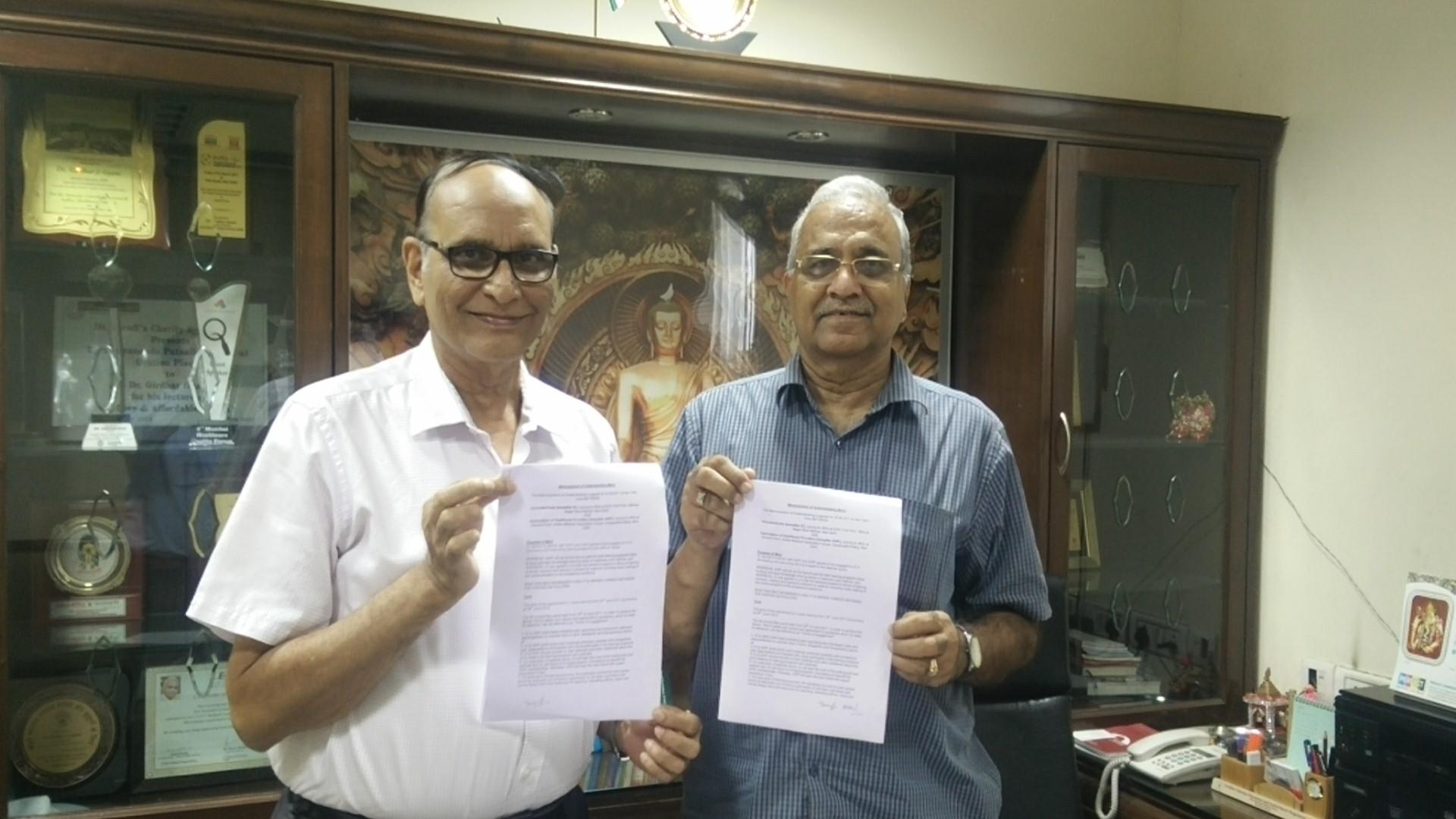 Dr V K Singh and Dr Girdhar Gyani exchanging MoU copies