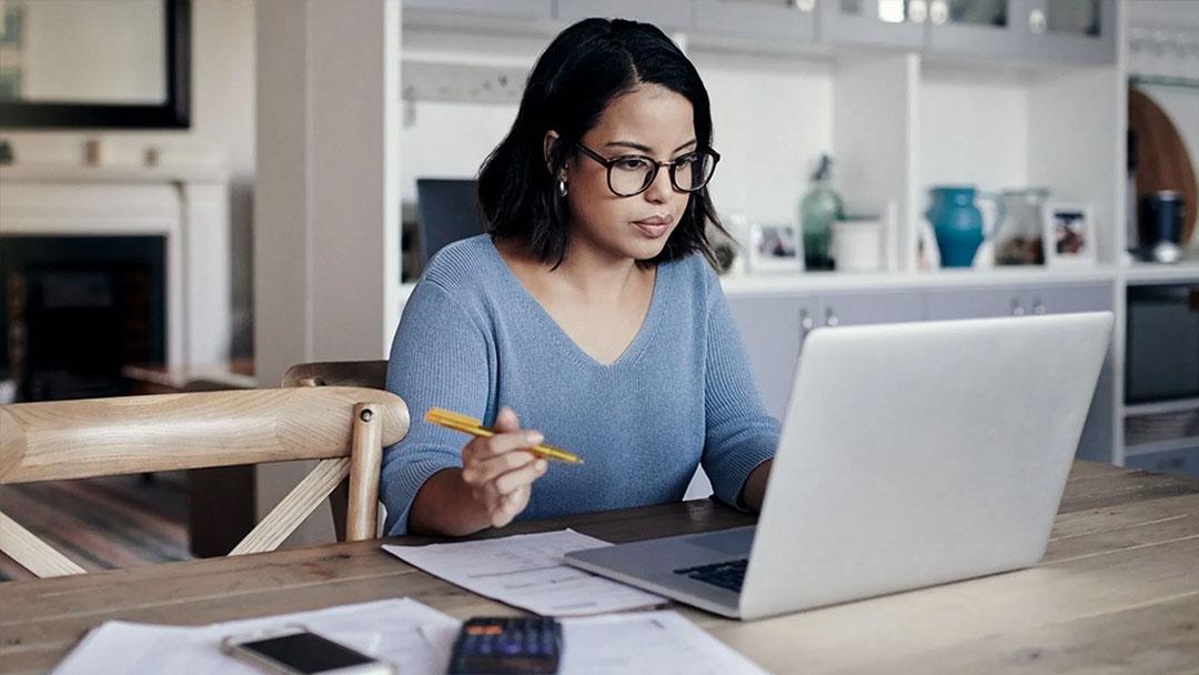teletrabajo pos pandemia mujer trabajando - ¿Qué es un Freelance? y cómo conseguir trabajo