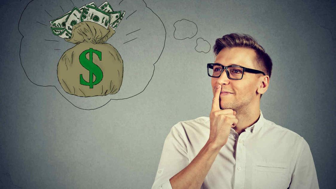 hombre pensando en dinero e1552637966829 - 9 Formas de ganar dinero, sin dejar tu trabajo