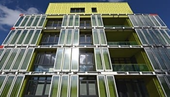 Intelligent façades generating electricity, heat and algae biomass