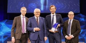 Celonis gewinnt Deutschen Zukunftspreis 2019 (v.l.n.r. Alexander Rinke, Bundespräsident Frank-Walter Steinmeier, Bastian Nominacher, Martin Klenk, Bastian Nominacher, Quelle/Copyright: DZP/Bildschön)
