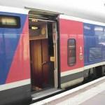 L'accès aux portes des TGV à deux étages a été abaissé au niveau du quai pour faciliter l'embarquement.