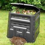 Le composteur permet de recycler certains déchets alimentaires pour recréer du compost fertile.