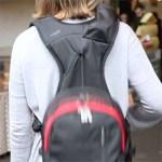 Les bretelles du sac à dos Wollfe Pack restent en place et le contenant est suspendu à un cordage coulissant le rendant accessible à la demande.