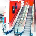 L'escalator est constitué de marches individuellement rigides, mais l'ensemble est adaptable pour permettre un cycle de retour.