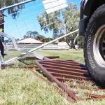 Cette barrière automatique fonctionne avec un levier actionné par le passage du véhicule.