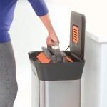 La poubelle Joseph-Joseph avec compacteur intégré permet d'anticiper cette action et au final d'économiser des sacs et des trajets.
