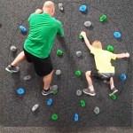 Le mur d'escalade Freedom Climber est constitué d'un disque qui tourne avec le poids des gens. La séance de sport devient plus ludique.