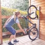 Le concept Parkis est composé d'un point d'accroche de la roue avant du vélo et d'un rail de guidage pour un positionnement vertical = gain de place.
