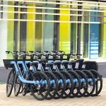 Les vélos électriques Zoov s'emboîtent les uns dans les autres et sont reliés à une seule borne de recharge = économie + compacité.