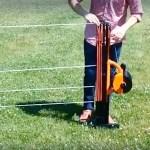 La clôture électrique Gallagher est ajustable grâce à un enrouleur de 4 fils passant à travers les piquets.