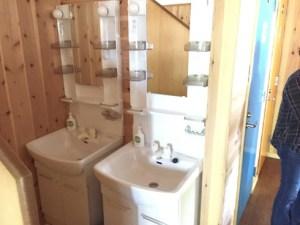 2台並んだきれいな洗面台