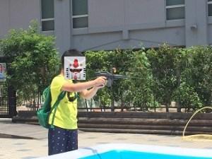 水鉄砲を撃つ坊や