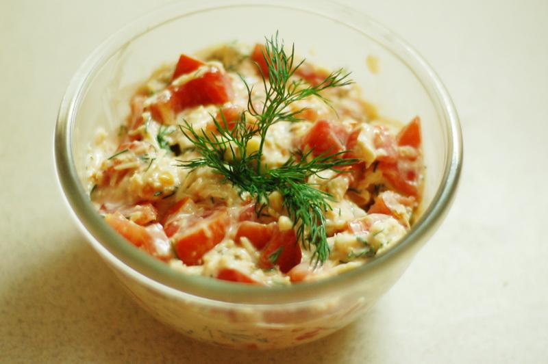 Салат с ветчиной, помидорами и сыром