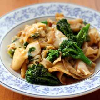 Vegetarian Noodles with Broccoli and Kale