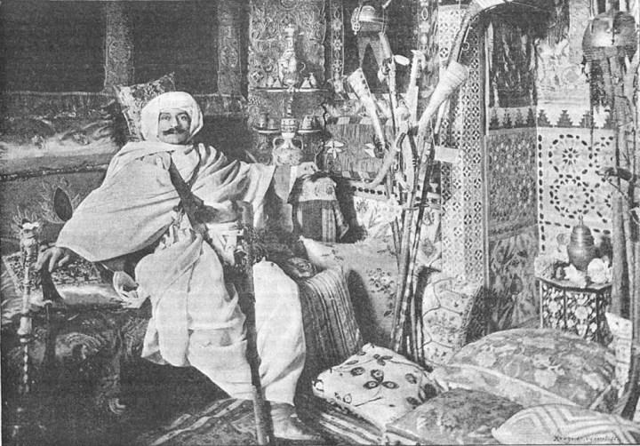 Pierre Loti dans son salon turc (photo : Dorlac - Wikimedia)