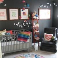 Barnrum med svarta väggar