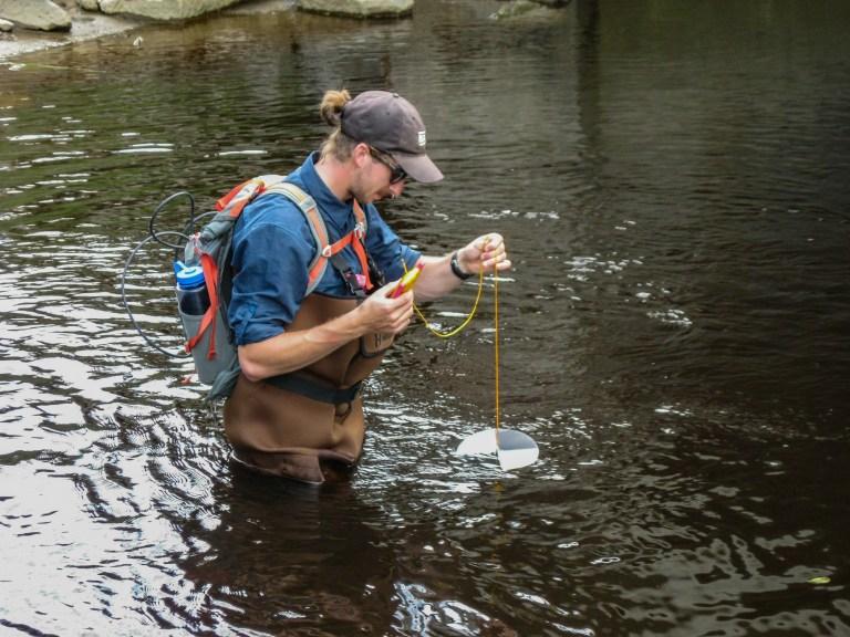 Utilisation du disque de Secchi pour mesurer la turbidité de l'eau