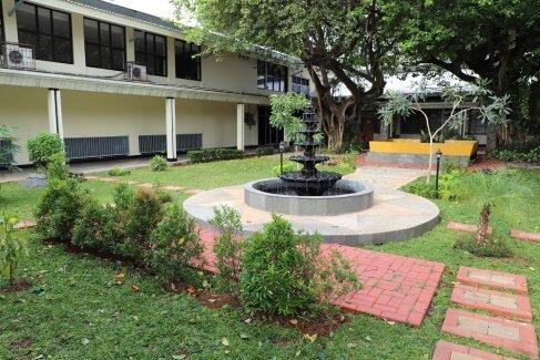 review kampus jurusan manajemen program ekstensi feb ui taman dalam kampus