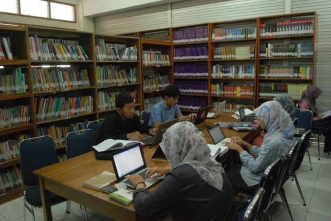 Ruang perpustakaan Univ. Dian Nuswantoro