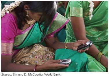 Perempuan India Menggunakan Ponsel dalam Pertemuan Komunitas