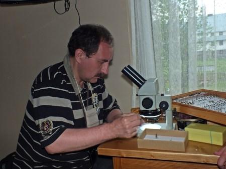 dr Andrzej Woźnica oznacza muchy nadesłane z Gdyni przez Jana Kowalczyka