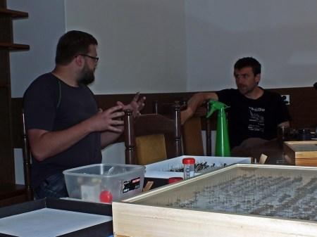 Paweł Jałoszyński i Adam Tofilski w dyskusji o myrmekofilnych chrząszczach i muchówkach
