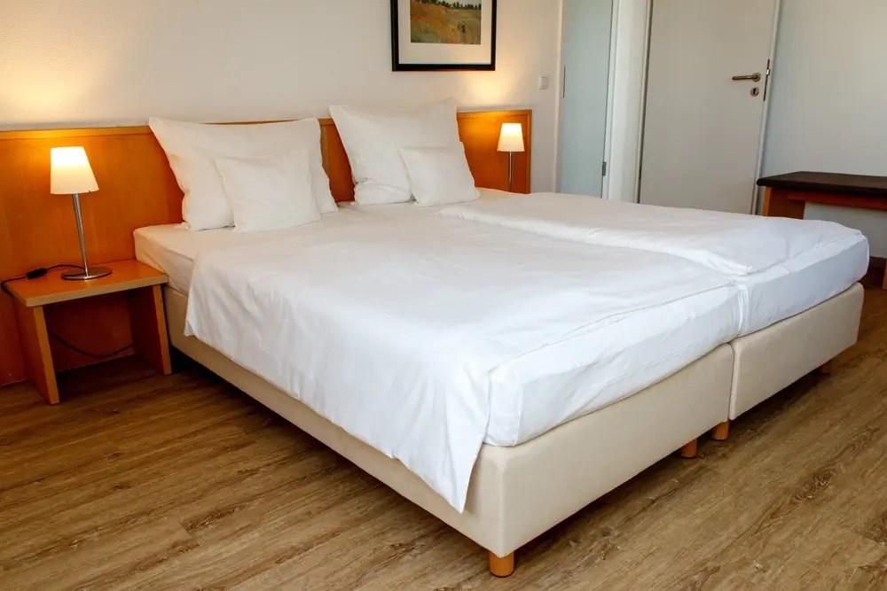 grosses doppelbett in der suite