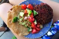 Hamburguesa de lentejas y remolacha, guacamole, ensalada y tortilla de trigo. Todo hecho en casa (Iscocucho, Perú)