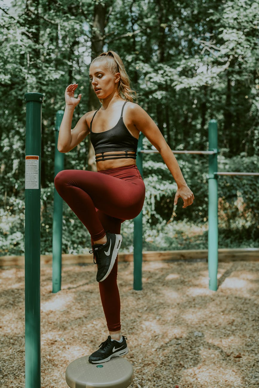 strong sportswoman lifting knees during workout