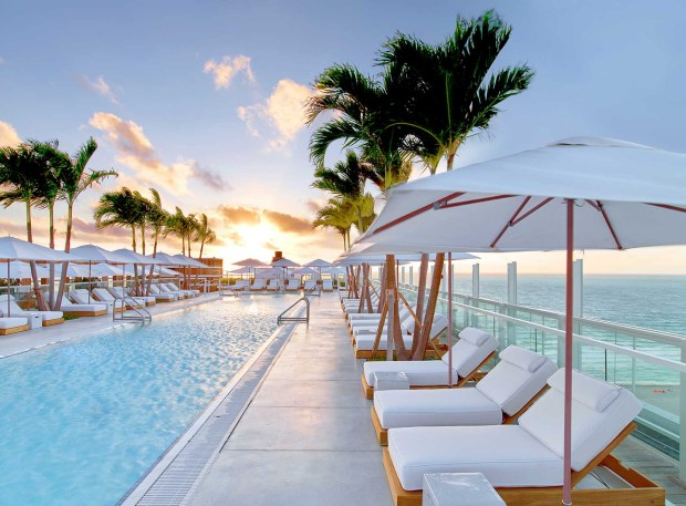 1 Hotel South Beach rooftop pool daybeds. - Foto: Eric Laignel
