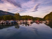 Lake Lure am Chimney Rock. - Foto: VisitNC/Bill Russ