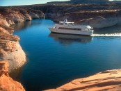 Mit dem Boot den Lake Powell erkunden. - Foto: Lake Powell Resorts and Marinas