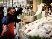 Fliegende Fische am Pike Place Fish Market. - Foto: Savor Seattle Food Tours